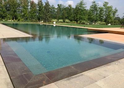 Acquafertpool Piscina privata rivestita in pietra naturale e sfioro a filo (1)