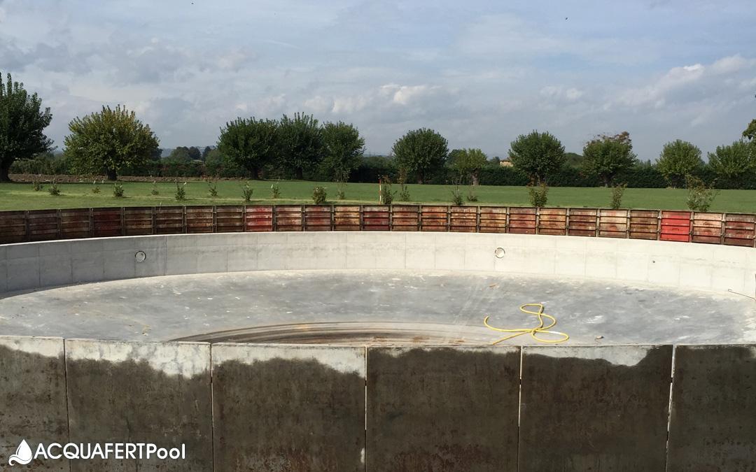 La perfezione del cerchio in una piscina con bordo a sfioro